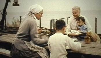 Кадр из фильма Благословите женщину 2003 Справа - Светлана Ходченкова, играющая роль Веры - главной героини фильма. Слева - актриса Купченко, играющая роль матери Веры - 430654_1920x1080x500.jpg
